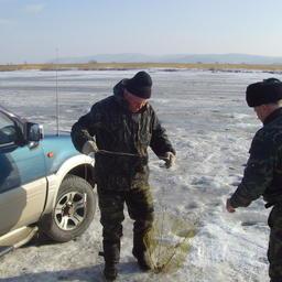 Распространенное орудие лова со льда – складная «хапуга» китайского производства. Фото из личного архива Виктора Казимирова