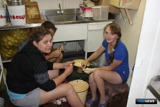 Студенты из путинного отряда помогали в работах на камбузе и курсантской столовой. Фото информационно-аналитического отдела Дальрыбвтуза.
