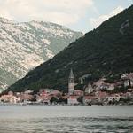 Котор расположен у подножия высоких гор. Фото Александра Кучерука.