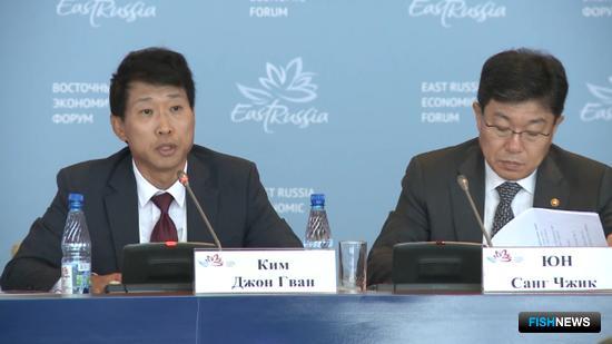 Заместитель председателя корейской ассоциации международной торговли КИМ Джон Гван и министр торговли, промышленности и энергетики Южной Кореи ЮН Санг Джик