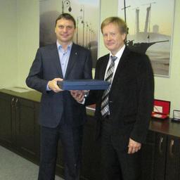 5 лет назад «Технологическое оборудование» заключило партнерское соглашение с концерном «Альфа Лаваль». На фото: Виталий ХАНАШ («Альфа Лаваль») и Олег КОМАРОВ («Технологическое оборудование»).