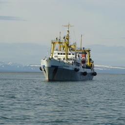 Рыбацкое судно ведет промысел у берегов Камчатки