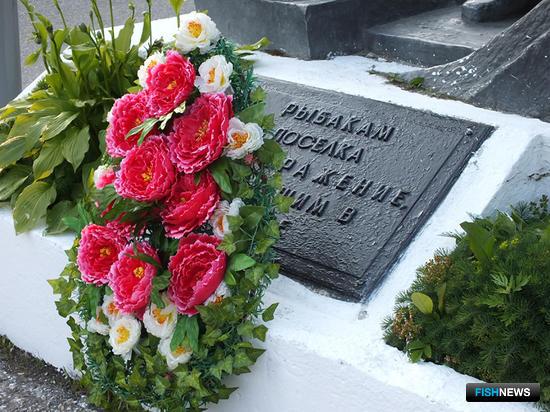 Венки возложили к мемориалам в честь рыбаков, не вернувшихся с промысла и с Великой Отечественной войны