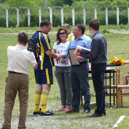 Управляющий группой компаний «Примрыбснаб» Александр Ефремов награждает участников турнира