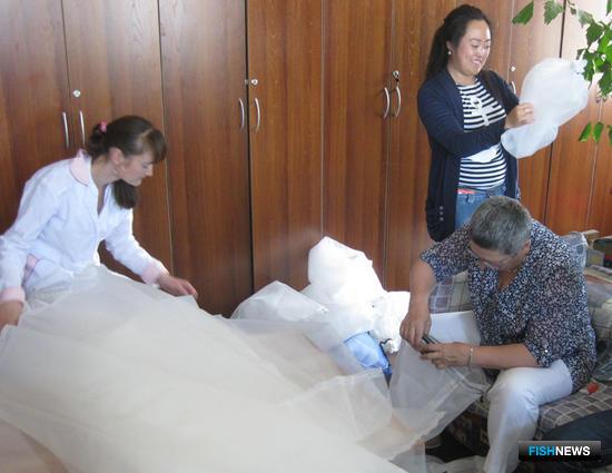 Для искусственного воспроизводства гребешка изготовили 1100 коллекторов. Фото пресс-службы СахНИРО.