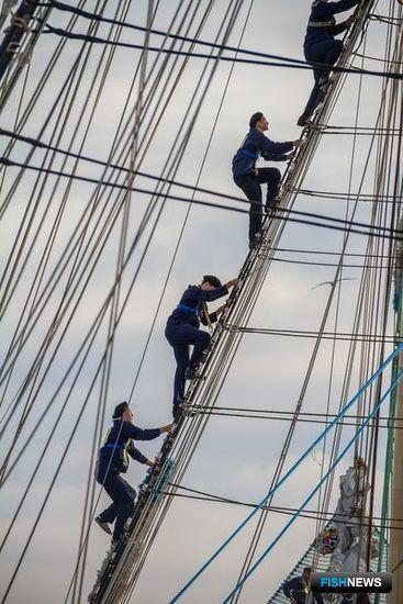 Курсанты провели парусный аврал. Фото информационно-аналитического отдела Дальрыбвтуза.