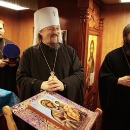 Митрополит Белгородский и Старооскольский Иоанн подарил барку икону «100-летие канонизации святителя Иоасафа, епископа Белгородского, чудотворца». Фото Александра Кучерука.