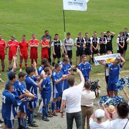 Капитан команды «Примрыбснаба» Дмитрий Денисов с самой ценной наградой