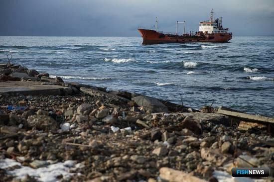 Танкер «Надежда», на борту которого находились 786 тонн дизтоплива и мазута, выбросило штормом на отмель у западного побережья Сахалина. Фото пресс-службы губернатора и правительства региона