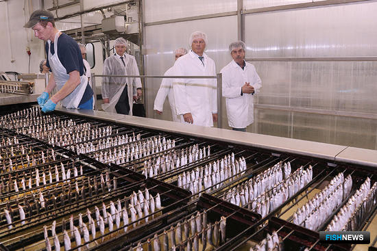 Сергей ДАНКВЕРТ посетил одно из крупнейших областных предприятий по производству рыбных консервов. Фото пресс-службы правительства региона