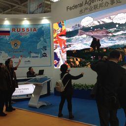 Повышенное внимание гостей и участников привлекла масштабная и яркая экспозиция Российской Федерации – объединенный стенд отечественных рыбопромышленных компаний и Росрыболовства