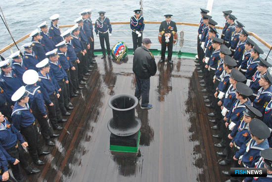 Команда и практиканты «Паллады» почтили память моряков, погибших в Цусимском проливе. Фото информационно-аналитического отдела Дальрыбвтуза