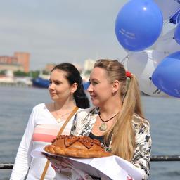 Нарядные шары, праздничный каравай и теплые слова поздравлений разбавили портовые будни