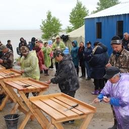 Рыбаки продемонстрировали навыки изготовления орудий лова. Фото краевого минприроды