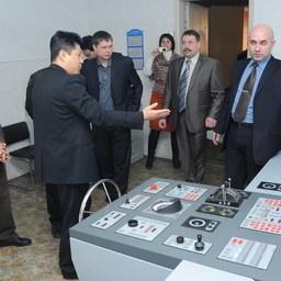 Корейская делегация знакомится с учебными тренажерами ВМРК