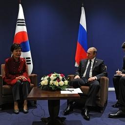 Президент России Владимир Путин и президент Республики Корея Пак Кын Хе провели встречу в Париже. Фото пресс-службы президента РФ