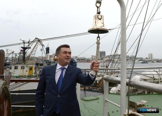 В канун Дня рыбака губернатор Приморского края Владимир Миклушевский посетил учебный парусник «Паллада»