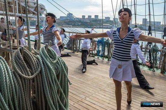 На палубе парусника прошел небольшой концерт. Фото информационно-аналитического отдела Дальрыбвтуза.