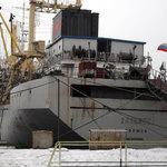 Плавбаза «Дальмос» у причала 178-го судоремонтного завода во Владивостоке