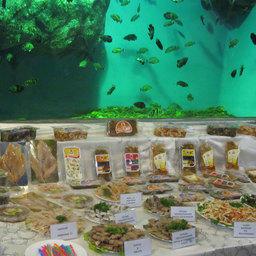 Рыбная продукция была расположена на фоне аквариумов
