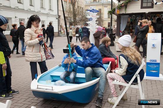 На семи площадках в центре Москвы было установлено несколько десятков шале, в которых торговали рыбой и морепродуктами