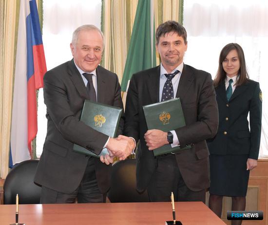 Руководитель ФТС Владимир БУЛАВИН и президент Рыбной ассоциации Виталий КОРНЕВ