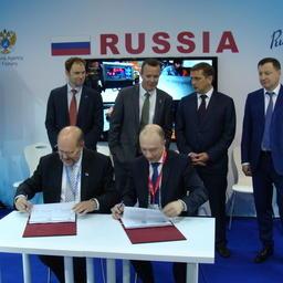 Подписи под контрактом поставили управляющий директор Acoura Marine Мартин ГИЛЛ и исполнительный директор АДМ Алексей БУГЛАК