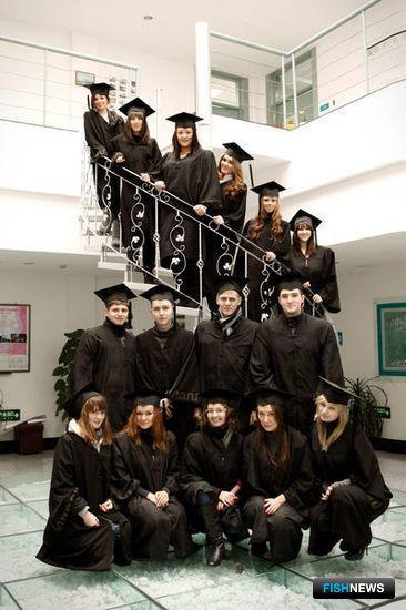 Выпускники получают на руки два государственных диплома – российский и китайский. Фото информационно-аналитического отдела Дальрыбвтуза.