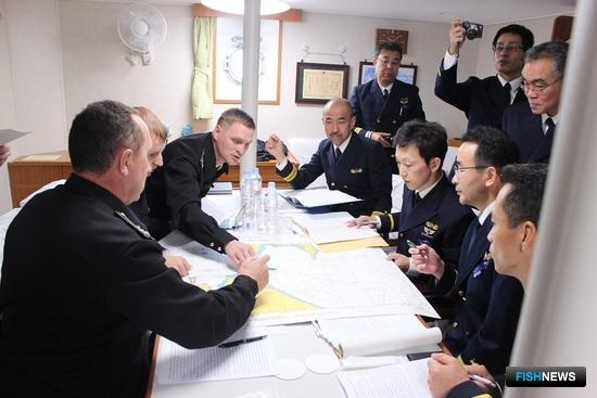 Встречи представителей Погрануправления ФСБ России по Сахалинской области со специалистами Департамента рыбного и лесного хозяйства губернаторства Хоккайдо, а также Штаба 1-го района Управления безопасности на море Японии прошли в проливе Лаперуза. Фото пресс-службы погрануправления