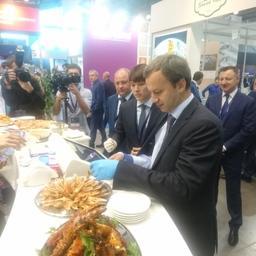 Генеральный директор ООО «КУК» Александр КАН демонстрирует свою продукцию вице-премьеру Аркадию ДВОРКОВИЧУ