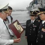 Михаил Галочкин вручает Ко Ин Гю памятный знак о визите на приморскую землю