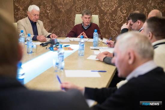 Глава Сахалинской области Олег Кожемяко провел встречу с руководителями рыбопромышленных предприятий, относящихся к категории малого и среднего бизнеса. Фото пресс-службы правительства региона