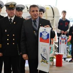 Экипажу парусника вручен вымпел «Российский посол». Фото пресс-службы КГТУ.