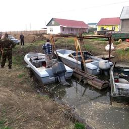 Правоохранители задержали на берегу реки пятерых местных жителей, разделывающих туши осетровых. Фото пресс-службы УМВД России по Астраханской области