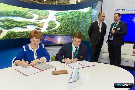 На стенде Росрыболовства были подписаны два соглашения о взаимодействии в сфере рыбного хозяйства – с администрацией Томской области и министерством сельского хозяйства Саратовской области