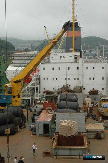В порту производится только загрузка тары на борт и выгрузка готовой продукции