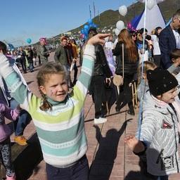 Более 500 школьников, студентов, их родителей и сотрудников коллективов различных предприятий края прошли в красочных колоннах. Фото пресс-службы правительства Камчатки