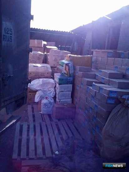 На территории частного домовладения в селе Полтавка правоохранители обнаружили более 600 коробок варено-мороженого деликатеса. Фото пресс-группы Пограничного управления ФСБ России по Приморскому краю
