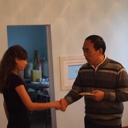 Ректор Дальрыбвтуза Георгий Ким поздравляет именницу на праздничном банкете