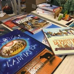 В книжной лавке предлагалось 10 красочных изданий о Камчатке. Фото пресс-службы правительства региона