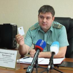 И.о. начальника Первомайского таможенного поста Сергей Пономарев демонстрирует электронную подпись